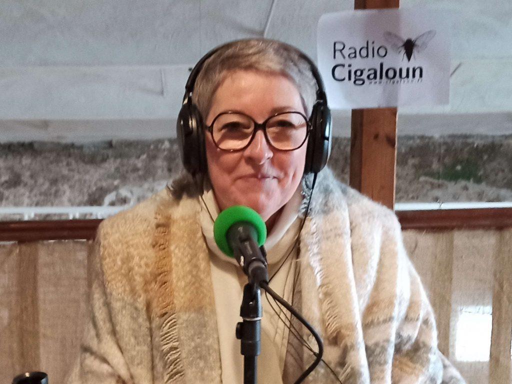 Valérie Marcy au micro de Radio Cigaloun